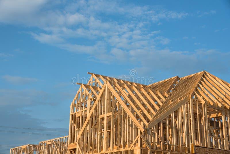 特写镜头三角形屋顶木房子建筑. 布琼布拉, 项目.图片