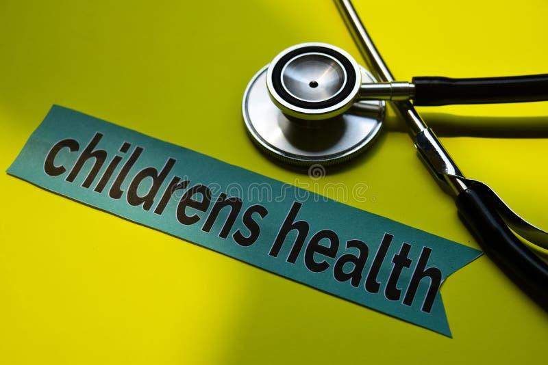 特写镜头与听诊器概念启发的儿童健康在黄色背景 免版税库存图片