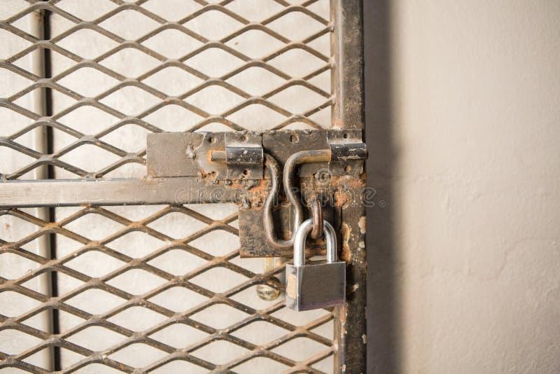 特写镜头与锁的金属门 图库摄影