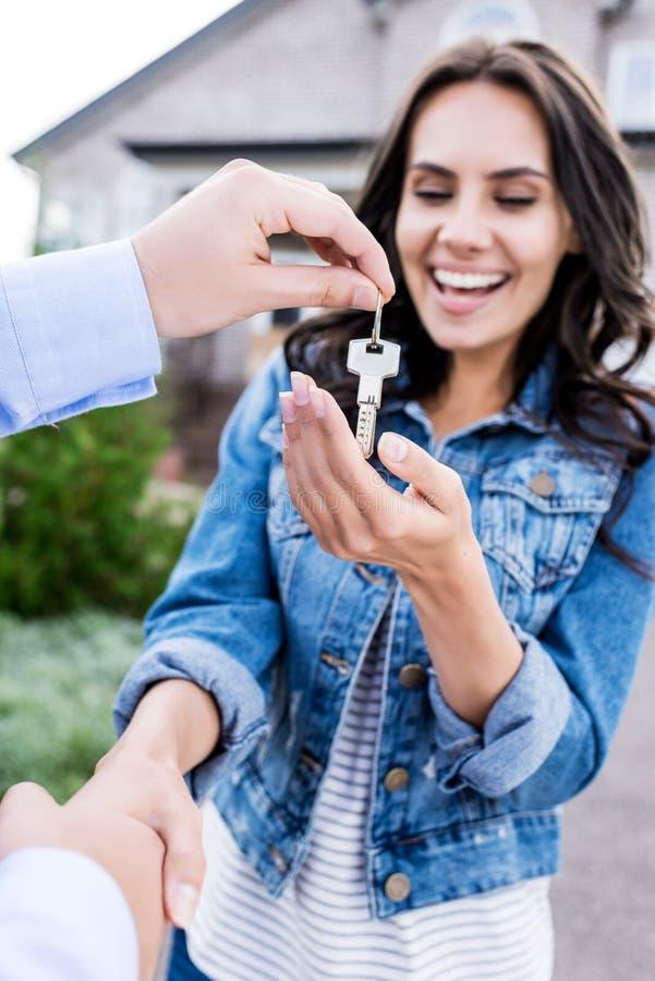 特写镜头买新房和握手的射击了妇女 库存照片
