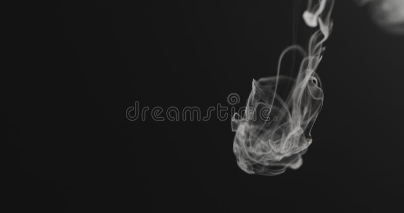 特写镜头从上面的蒸气小河在黑背景 免版税库存照片