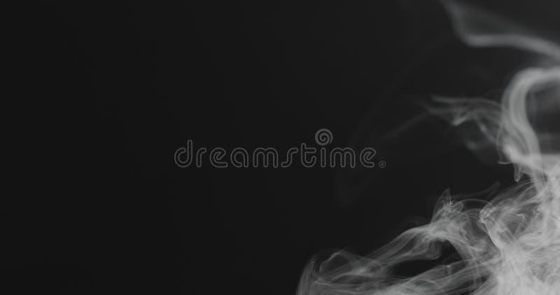 特写镜头从权利的蒸气小河在黑背景 免版税库存图片