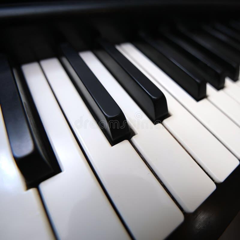 特写镜头关键董事会钢琴 免版税库存图片
