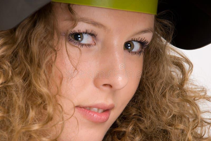 特写镜头卷曲女孩屏蔽纵向焊工 免版税图库摄影