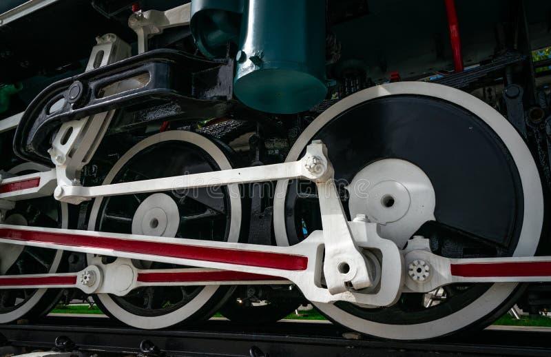 特写镜头古色古香的葡萄酒火车机车 引擎活动老蒸汽 黑色机车 老运输车 免版税库存照片