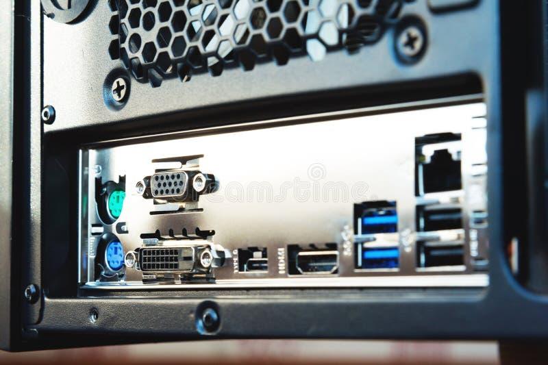 特写镜头后方墙壁和口岸连接的导线的对在家的金属系统单元安装的主板 库存图片