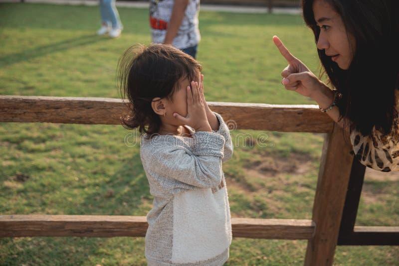 特写镜头告诉画象的母亲她的小女儿 免版税库存图片