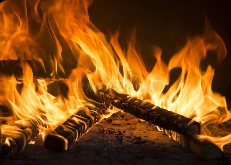特写镜头咆哮发火焰在壁炉的灼烧的木头 浪漫和给催眠的火焰 免版税库存照片