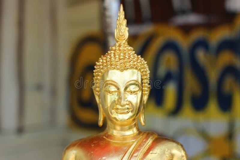 特写镜头图象,面孔,在一种美好的金黄佛教宗教的菩萨图象 免版税库存图片
