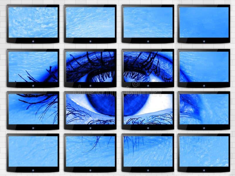 特写镜头在录影墙壁上的妇女眼睛multiscreen蓝色过滤器的平的电视techonology概念健康的 库存图片