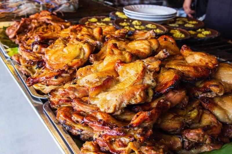 特写镜头在铝盘子的烤鸡服务的在餐馆里面的游人 有选择性的focusX 免版税库存照片