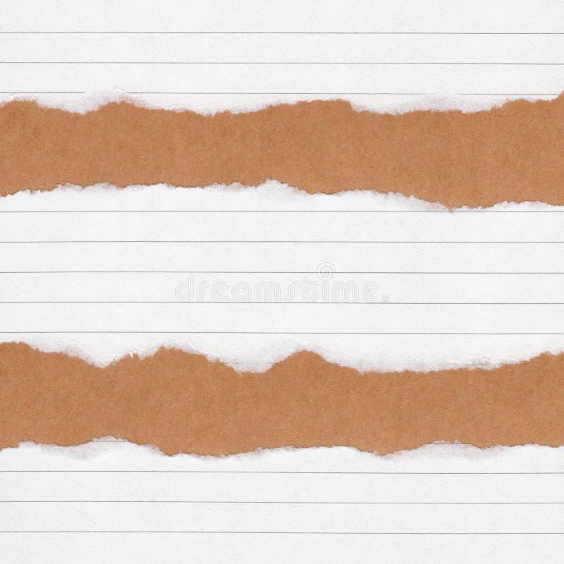 特写镜头在难看的东西包装纸纹理背景的被撕毁的被排行的纸 裂口纸笔记,与空间的包装纸板料文本的,样式 库存照片
