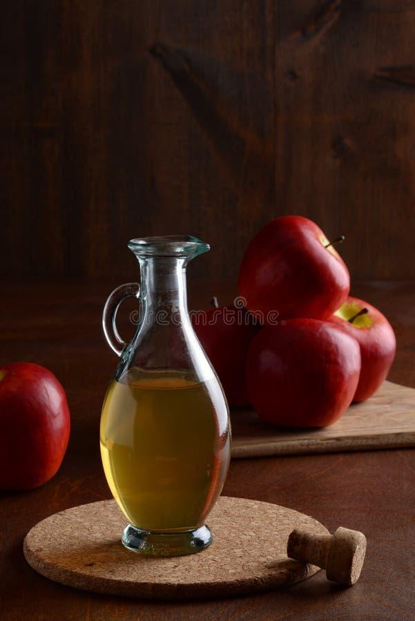 特写镜头在黄柏席子的苹果汁醋 库存照片