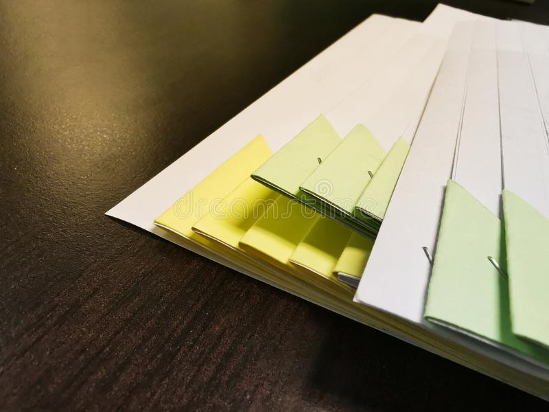 特写镜头堆与文件的工商业票据在一张木书桌上 免版税库存照片