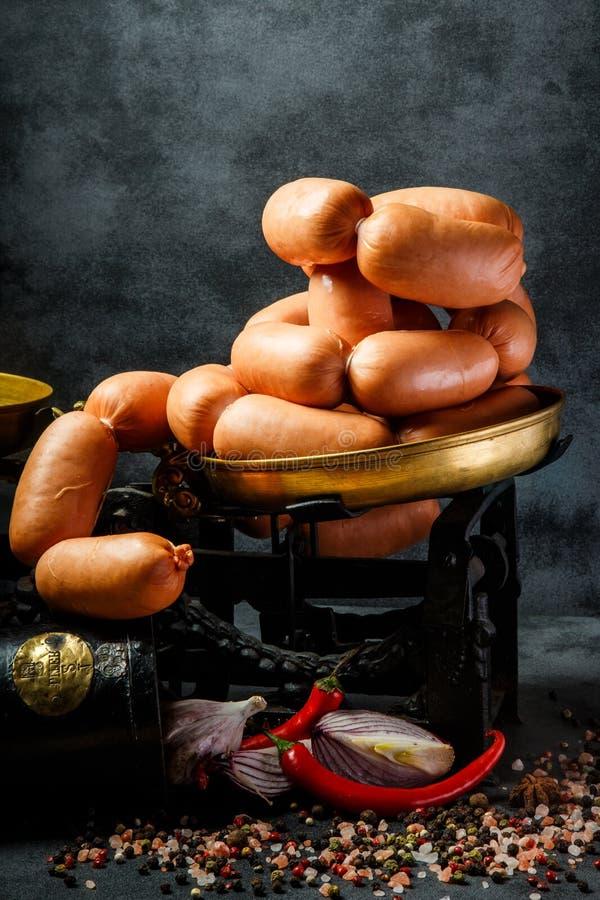 特写镜头堆在螺旋的浓熏肉香肠用葱和辣椒 免版税库存图片