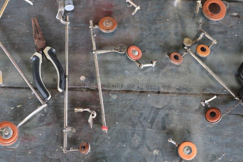 特写镜头备件,不锈钢仪器,萨克斯管,老牌,葡萄酒样式,木背景 免版税图库摄影
