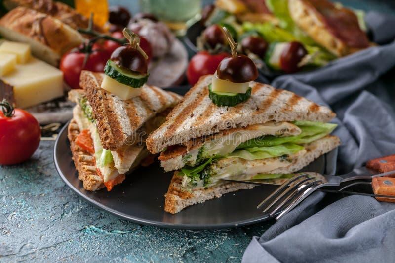 特写镜头多士用炒蛋、菜和乳酪 蕃茄和香料 可口早餐或快餐 免版税图库摄影