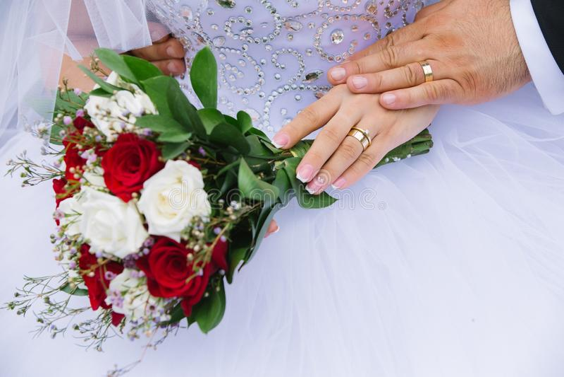 特写镜头夫妇递藏品结婚的年轻人 免版税库存照片
