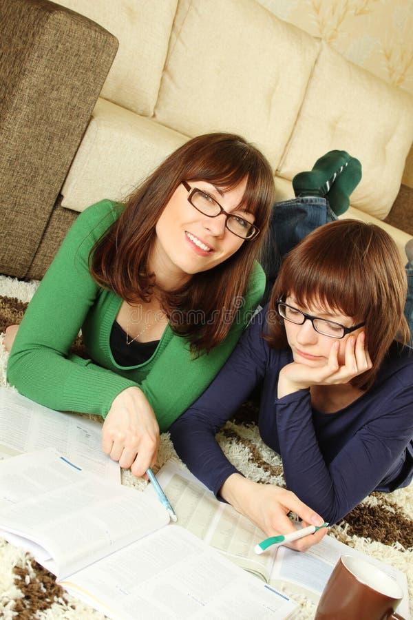 特写镜头女孩了解新的学员 免版税库存照片