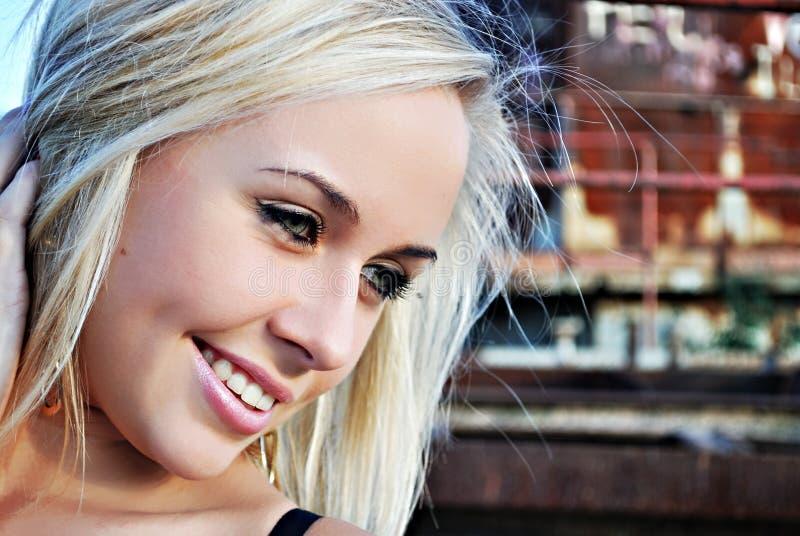 特写镜头女孩相当微笑的年轻人 库存照片