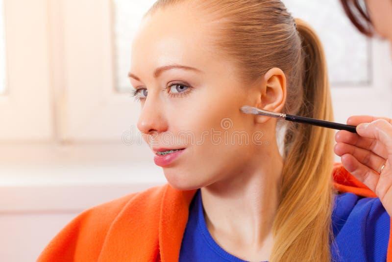 特写镜头妇女得到在面颊组成 免版税库存图片