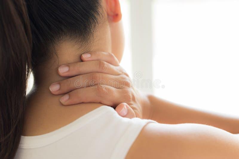 特写镜头妇女脖子和肩膀痛苦和伤害 库存照片
