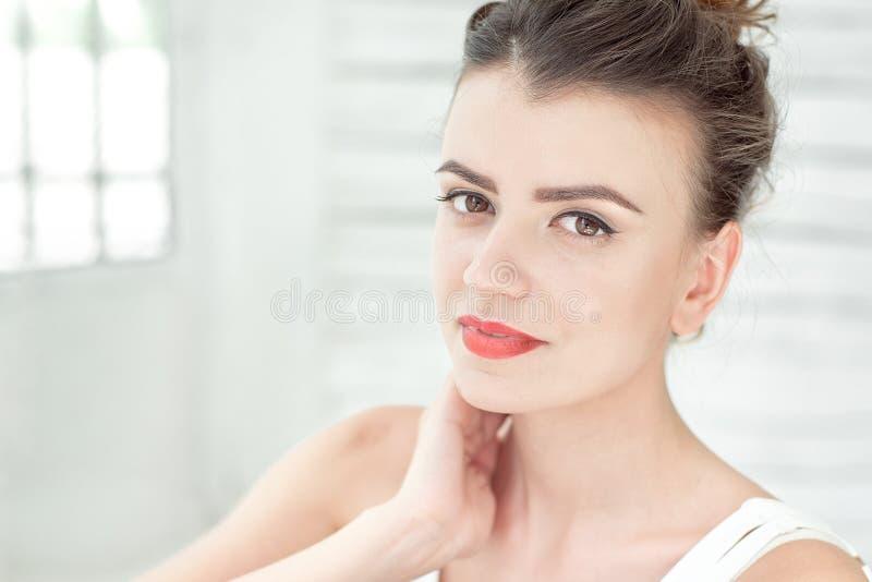 特写镜头妇女portarat室内在白色明亮的背景 库存照片