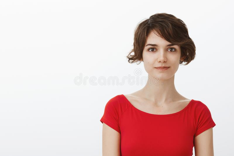 特写镜头嫩女性有动机的迷人的lgbtq妇女短的小精灵理发立场红色夏天T恤杉看起来断言的自已 免版税图库摄影