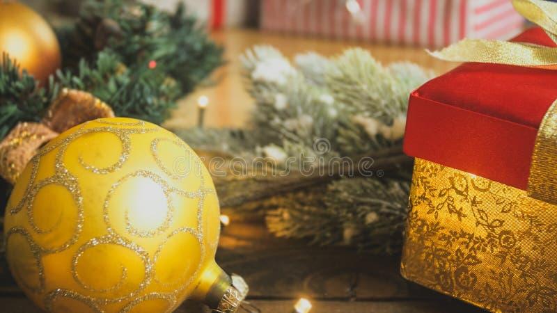 特写镜头定了调子金黄中看不中用的物品和圣诞节礼物照片在箱子 完善的背景寒假 免版税库存图片