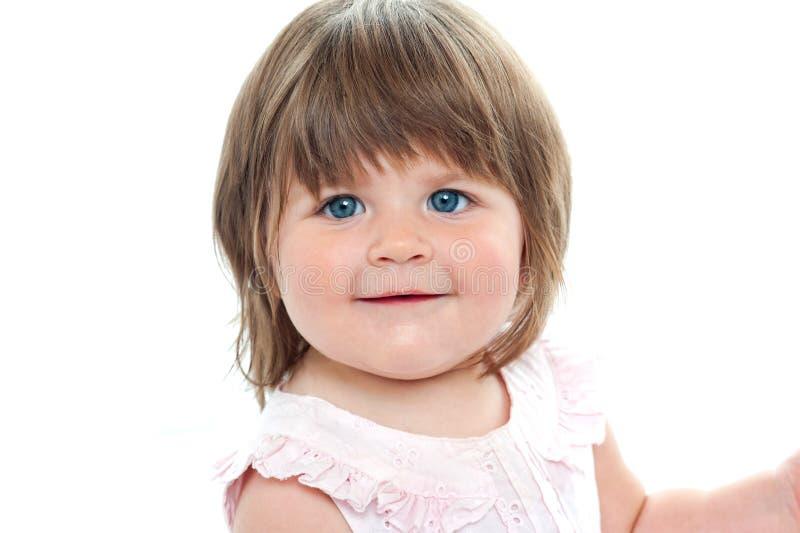 特写镜头射击了与蓝眼睛的一个胖的女性孩子 免版税库存照片