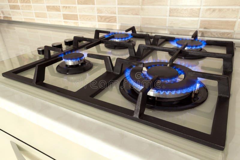 特写镜头射击了从国内厨灶上面的蓝色火 气体c 库存照片