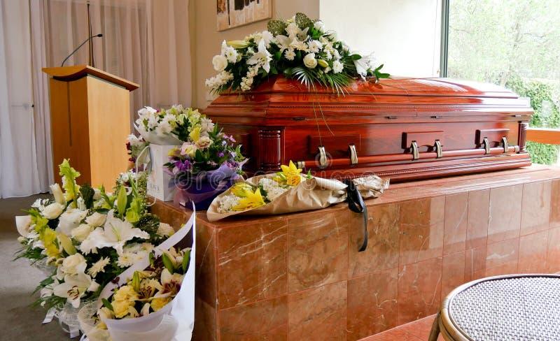 特写镜头射击了在柩车的一个五颜六色的小箱或教堂在葬礼或埋葬前在公墓 免版税库存图片