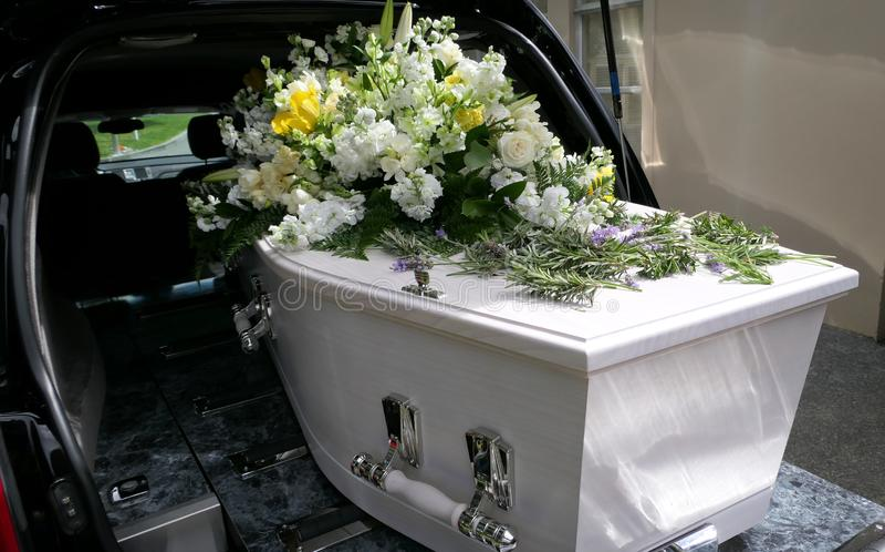 特写镜头射击了在柩车的葬礼小箱或教堂或者埋葬在公墓 免版税库存照片