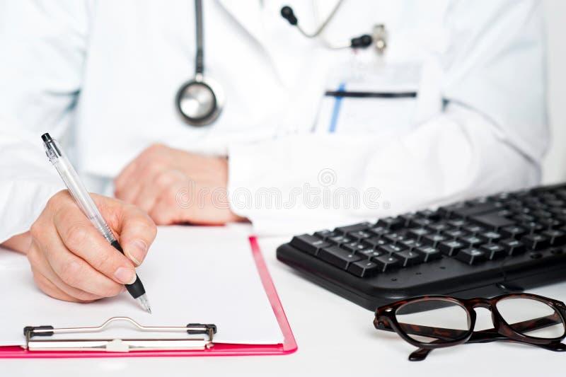 特写镜头射击了女性医生文字规定 库存照片