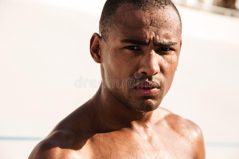 特写镜头射击了年轻非洲体育人,变冷在runnin以后 库存图片