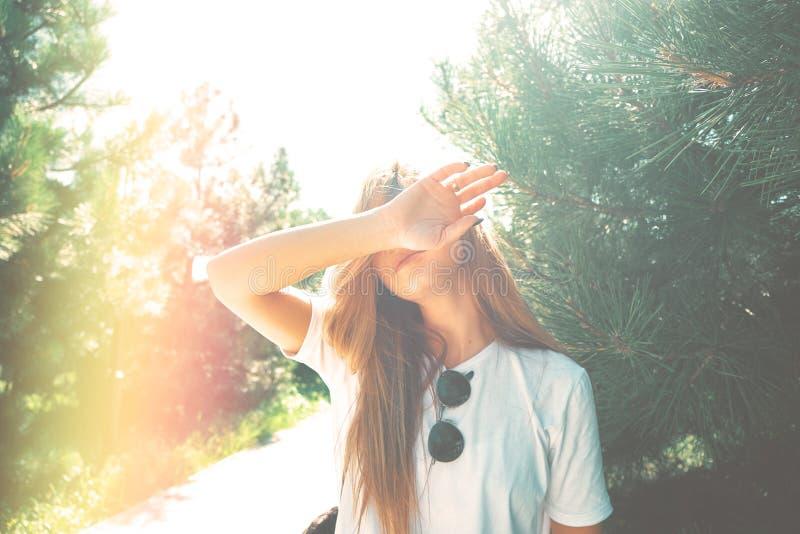 特写镜头少妇躲藏起来从她的面孔太阳 免版税库存照片