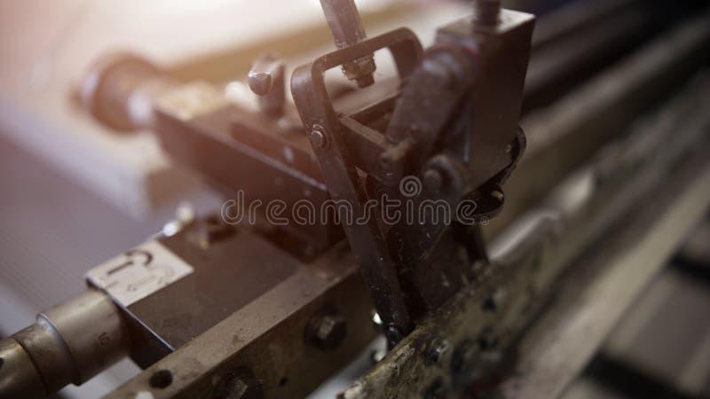 特写镜头工业印刷机在帆布上把银色油漆放 免版税图库摄影
