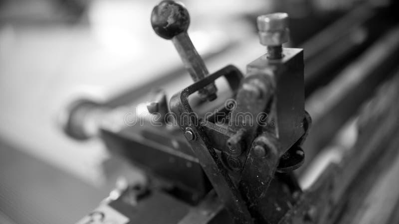 特写镜头工业印刷机在帆布上把银色油漆放 免版税库存照片
