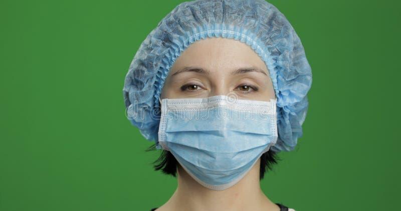 特写镜头年轻医生 面膜的成年女性医护人员 库存图片