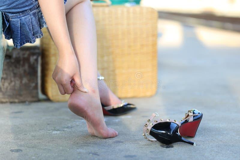 特写镜头年轻女人感觉的痛苦在她的在台阶的脚,有脚腕痛苦,健康concep 库存图片
