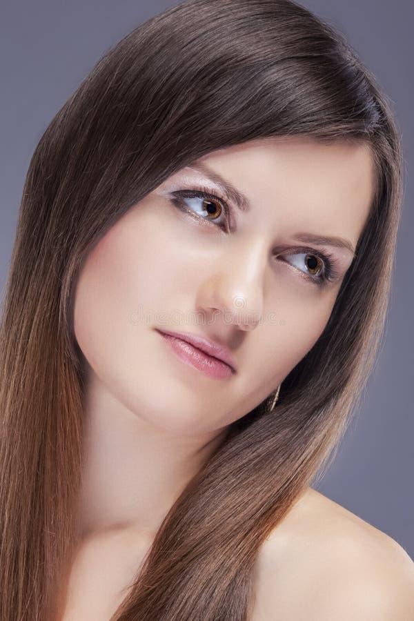 特写镜头年轻白种人女性皮肤秀丽画象与健康头发的天然化妆品构成的 库存图片