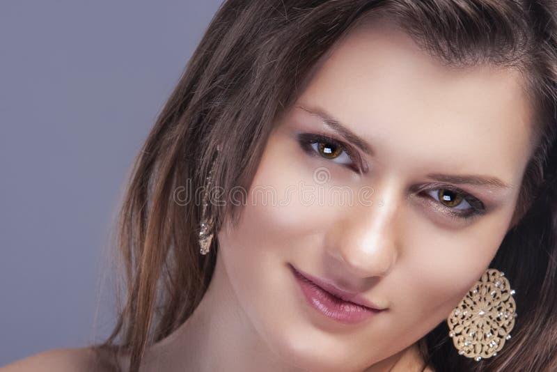 特写镜头年轻白种人女性皮肤秀丽画象与健康头发的天然化妆品构成的 库存照片