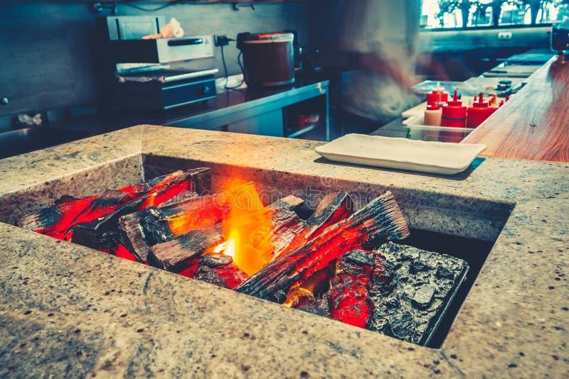 特写镜头开阔的壁炉和灼烧的木柴 免版税图库摄影