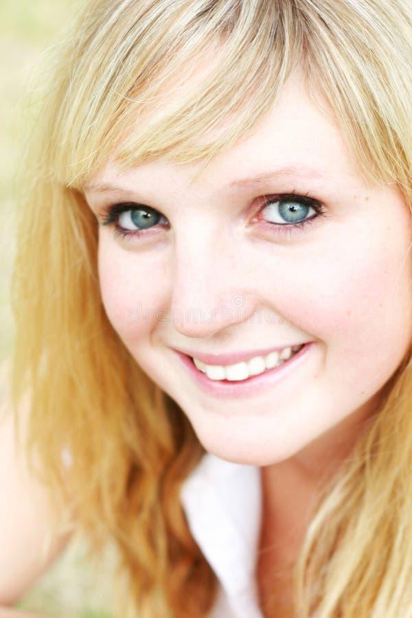 特写镜头微笑的妇女年轻人 免版税库存图片