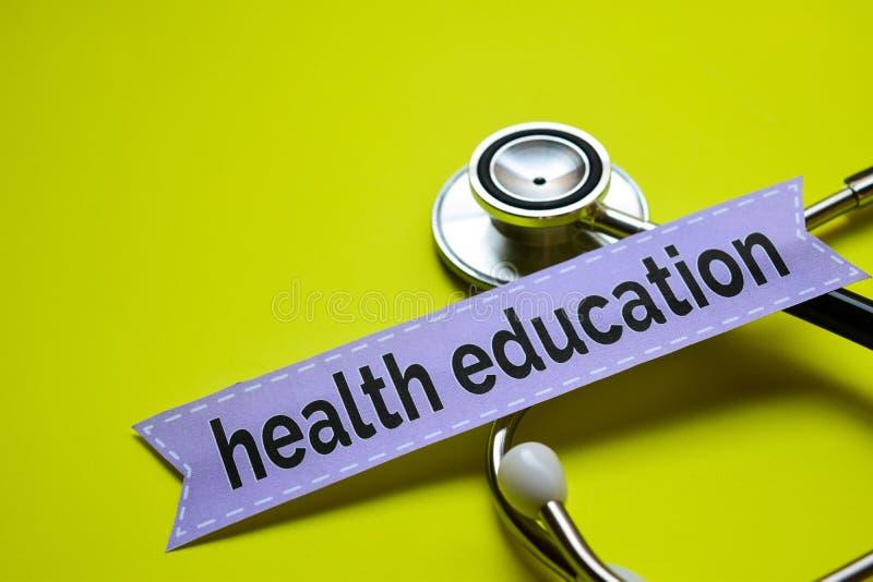 特写镜头我的与听诊器概念启发的健康在与听诊器概念inspi的黄色backgroundCloseup卫生教育 免版税库存照片