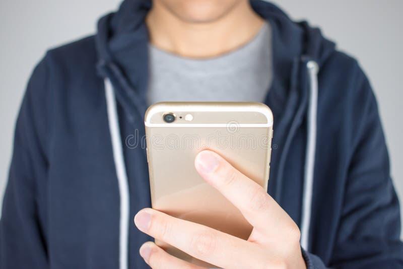 特写镜头手拿着电话在网上购物 免版税库存图片