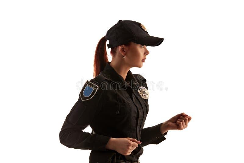 特写镜头摆在为照相机的被射击一红发女性警察隔绝在白色背景 免版税图库摄影