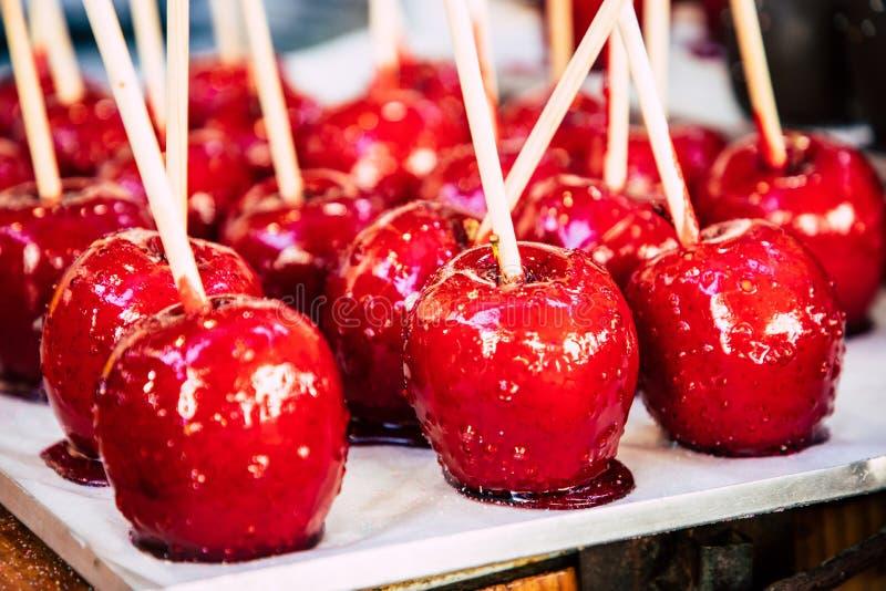 特写镜头攀爬红色苹果糖 免版税图库摄影