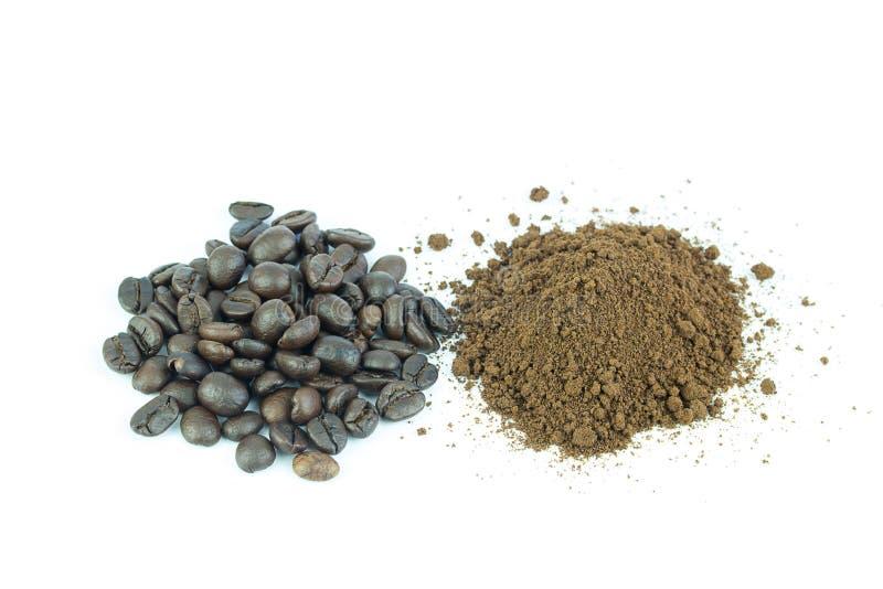 特写镜头收集了与咖啡粉末的咖啡豆在白色 库存照片