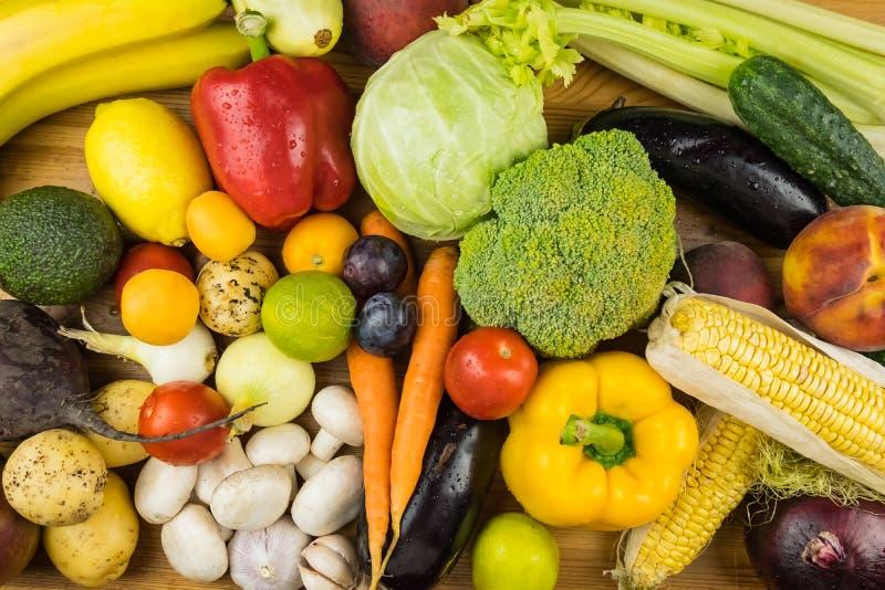 特写镜头新鲜的有机菜和果子的顶视图图象 L 库存照片
